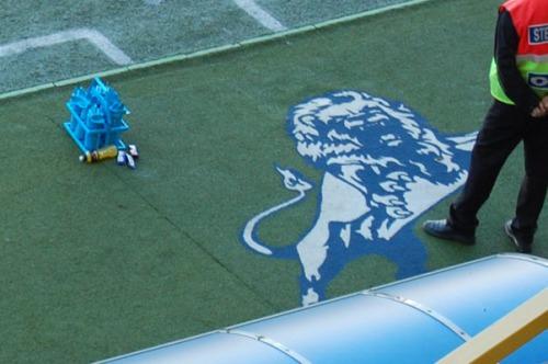 Liūtas - Millwall simbolis. 1885 metais klubą įkūrė uogienės fabriko rytiniame Londone darbininkai, kurių dauguma buvo atvykusių iš Škotijos. Kaip suprantu, liūtas yra ir vienas iš tos šalies simbolių. Vienžo, klubas darbininkų tėvynę turėjo simbolizuot. Be abejo, šiandien to nelabai kas ir beprisimena.