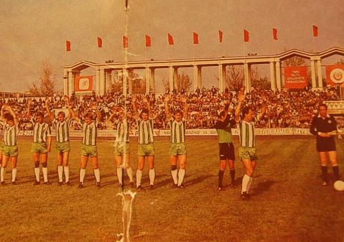 """Pilnas Žalgirio stadionas. Ši nuotrauka buvo ant knygutės """"Žalgiris-87"""" viršelio."""