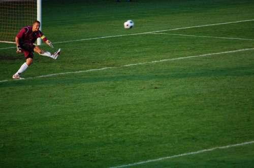 Klevinskui teko retas darbas šiais metais - išsitraukti kamuolį iš savo vartų. Likusį laiką jis jį spardė į kitą aikštės pusę.